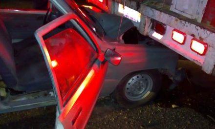 ¡Camioneta se metió debajo de un camión torton en Aguascalientes: 1 adulto mayor lesionado!