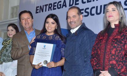 ¡Reconoce el gobernador la labor de los docentes de escuelas bilingües!