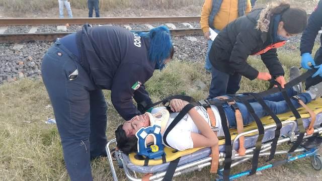 ¡Joven automovilista se salvó de morir tras ser embestido y arrastrado por el tren en Aguascalientes!