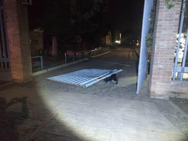 ¡Vigilante murió aplastado por una puerta metálica del Parque Tres Centurias en Aguascalientes!