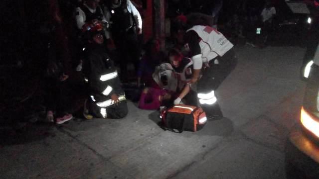 ¡Joven resultó intoxicada tras incendiarse su casa en Aguascalientes y fue rescatada por policías municipales!
