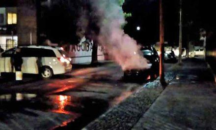 ¡Incendian intencionalmente un auto al arrojarle una bomba molotov en el Infonavit Morelos!