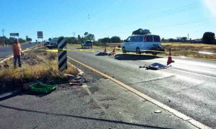 ¡Mueren 2 motociclistas al ser impactados por alcance por una camioneta en Aguascalientes!