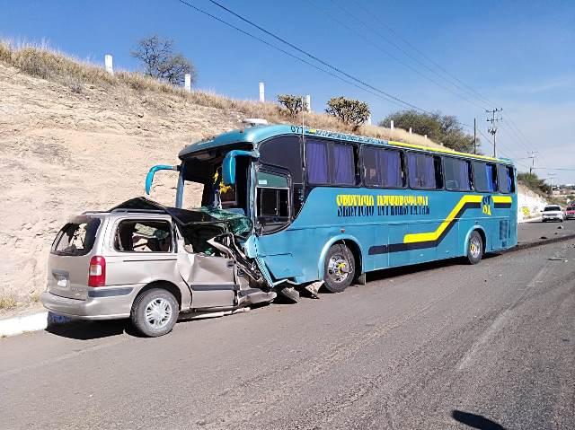 ¡2 muertas, madre e hija, tras choque frontal entre una camioneta y un camión de pasajeros en Aguascalientes!