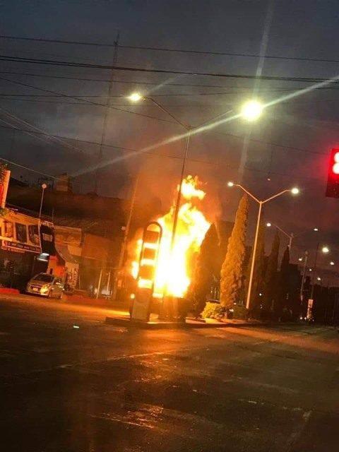 ¡Impresionante incendio de una camioneta de un joven zacatecano en la Zona Centro de Aguascalientes!