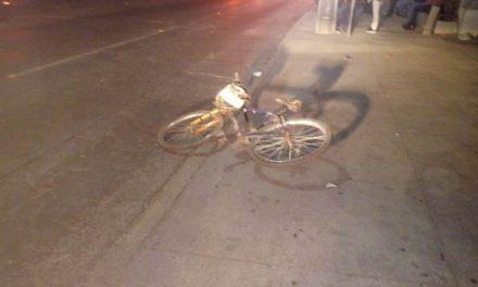 ¡Agoniza ciclista que se estrelló contra la puerta de un auto en Aguascalientes!