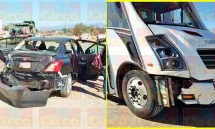 ¡1 lesionado tras choque entre un auto y un camión de transporte de personal en Lagos de Moreno!