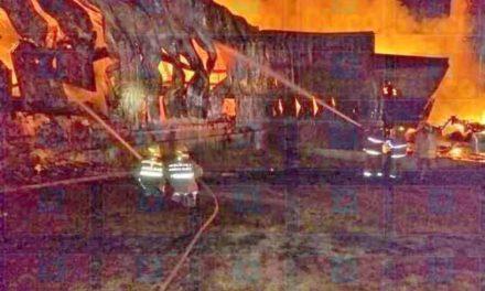 ¡Incendio arrasó con la nave de la empresa PANOVO en San Juan de los Lagos!