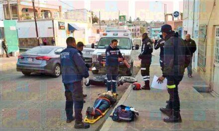 ¡Motociclista es impactado por cobarde conductor que huyó del lugar en Lagos de Moreno!