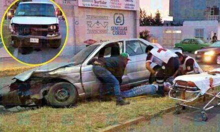 ¡1 lesionado tras choque frontal entre auto y camioneta en Lagos de Moreno!