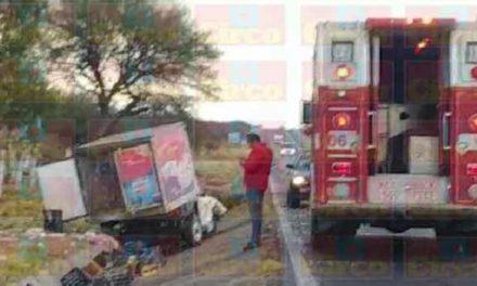¡Volcadura de una camioneta dejó al chofer lesionado en Lagos de Moreno!