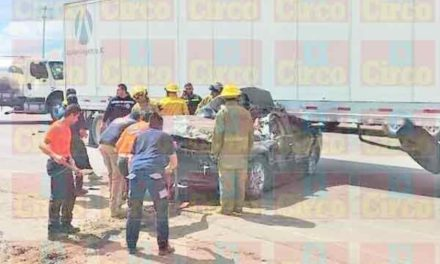 ¡Auto se estrelló contra la caja de un tráiler en Lagos de Moreno: 1 lesionado!