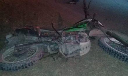 ¡Choque entre un auto y una moto en Aguascalientes dejó 1 muerta y 1 lesionado grave!