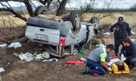 ¡3 zacatecanos lesionados tras fuerte choque-volcadura en Aguascalientes!