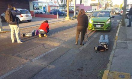 ¡Madre e hijo lesionados tras ser atropellados por un automóvil en Aguascalientes!