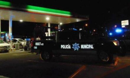 ¡2 pistoleros asaltaron una gasolinería en Aguascalientes y huyeron en una motocicleta!