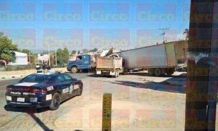 ¡Aparatoso choque entre un camión de volteo y un tráiler en Lagos de Moreno!