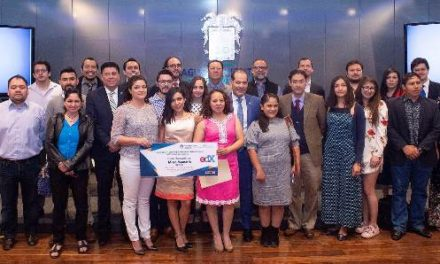 ¡Entrega el gobernador becas para micro maestrías en línea por un millón de pesos!