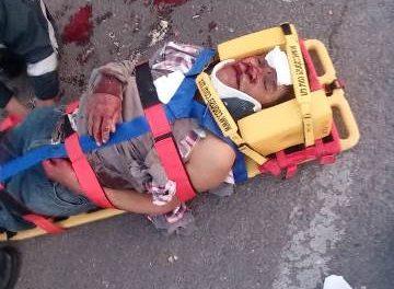 ¡Grave motociclista adulto mayor que se estrelló contra una camioneta en Aguascalientes!