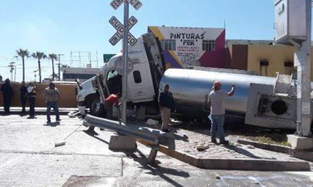 ¡Trailero que transportaba leche se salvó de morir embestido por el tren en Aguascalientes!