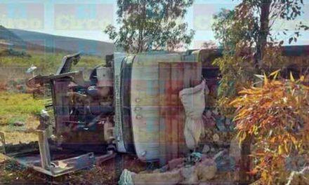¡Chofer lesionado tras la volcadura de un camión en Lagos de Moreno!