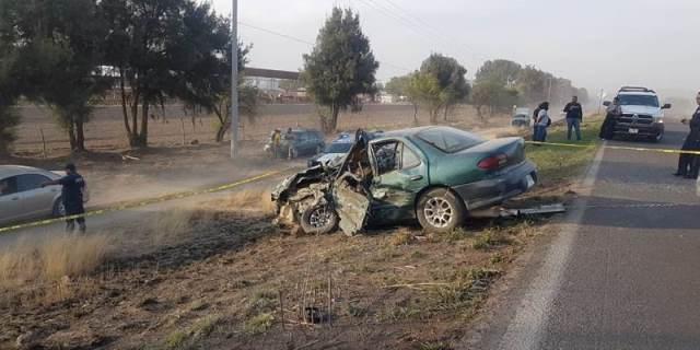 ¡Choque frontal entre un auto y un camión dejó 1 muerto y 1 lesionada grave en Luis Moya!