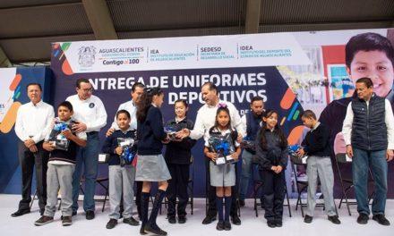 ¡Entregó el gobernador uniformes deportivos a estudiantes de escasos recursos para apoyar su economía y educación!