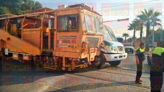 ¡Camión urbano fue embestido por una máquina del tren en Lagos de Moreno!