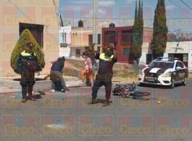 ¡Motociclista lesionado tras ser embestido por un automóvil en Lagos de Moreno!
