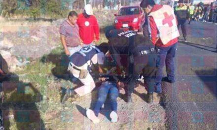 ¡Choque frontal entre una motocicleta y una camioneta dejó 2 mujeres lesionadas en Lagos de Moreno!