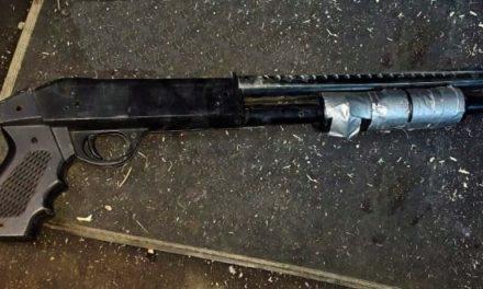 ¡Policías municipales de Lagos de Moreno aseguraron un arma de fuego dentro de un vehículo!
