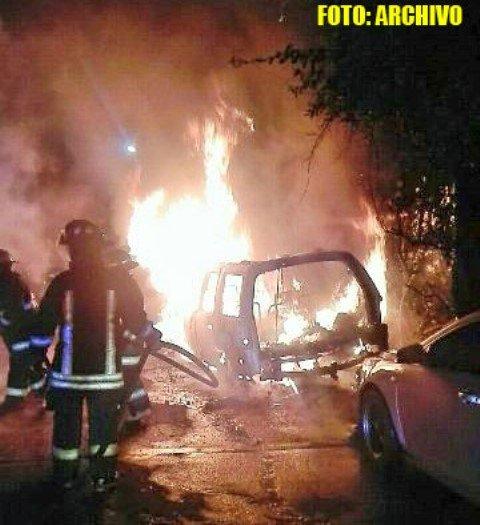 ¡Incendiaron dos vehículos en la vía pública en Fresnillo!