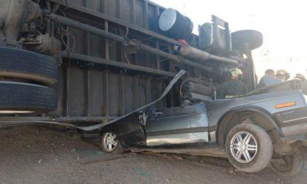 ¡Automovilista fue aplastado por un tráiler en Aguascalientes y vive para contarlo!