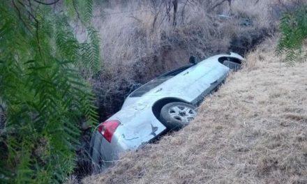 ¡Auto se volcó y cayó en una zanja en Aguascalientes: 1 muerto y 3 lesionados!