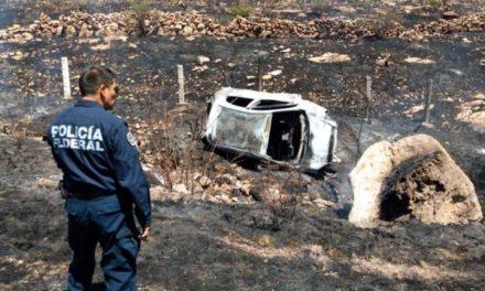 ¡2 zacatecanos se salvaron de morir en Aguascalientes: su auto se volcó e incendió!