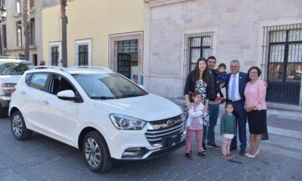 ¡Entregó Noel Mata el vehículo a la ganadora del sorteo por el pago del predial 2019!