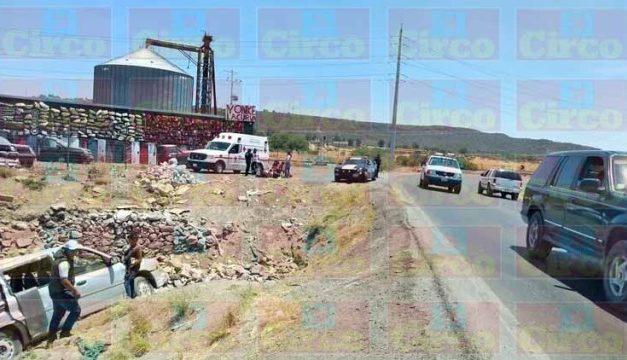 ¡Familia se salvó de morir tras la volcadura de una camioneta en la curva del silo en Lagos de Moreno!