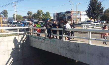 ¡Salvaron a joven que intentaba matarse arrojándose de un puente vehicular en Aguascalientes!