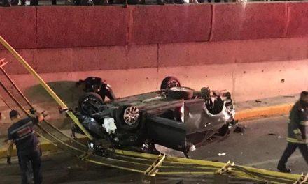 ¡Joven automovilista se salvó de morir tras caer desde lo alto de un puente vehicular en Aguascalientes!
