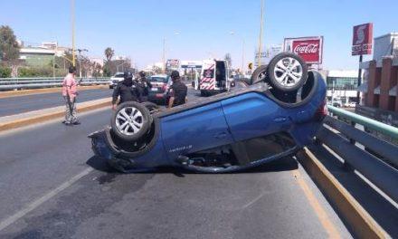¡Joven lesionada tras volcar su camioneta en un puente vehicular en Aguascalientes!