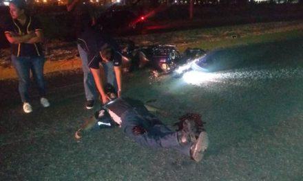 ¡Grave motociclista que chocó contra una camioneta estacionada en Aguascalientes!