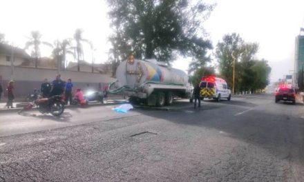 ¡Motociclista murió tras estrellarse brutalmente contra una pipa en Aguascalientes!