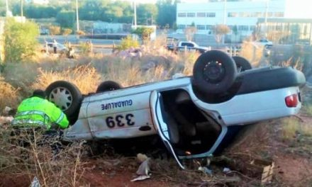 ¡Taxista murió tras la volcadura de su auto de alquiler en Guadalupe!