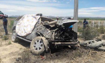 ¡1 muerto y 2 lesionados tras la volcadura de una camioneta de lujo en Zacatecas!