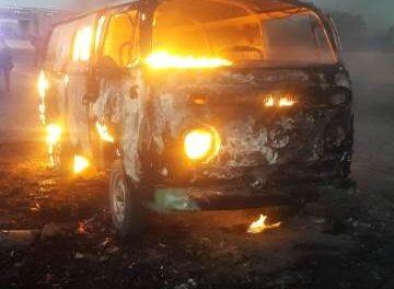 ¡A joven zacatecano se le incendió su vehículo en Aguascalientes!