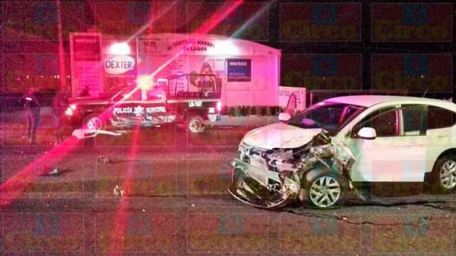 ¡Ebrio conductor de una camioneta chocó contra una patrulla de la Policía Municipal de Lagos de Moreno!