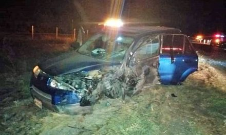 ¡Choque-volcadura entre un auto y una camioneta dejó 6 lesionados en Encarnación de Díaz!