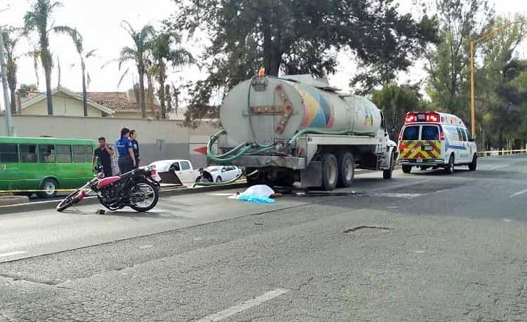 ¡Muere motociclista al estrellarse contra un camión cisterna del municipio de Aguascalientes!