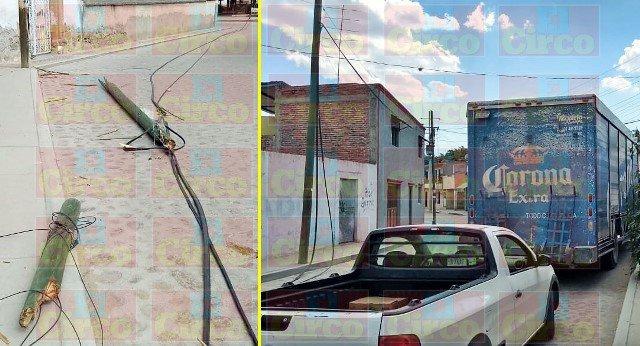 ¡Camión cervecero dañó postes y cables de telefonía en Lagos de Moreno!