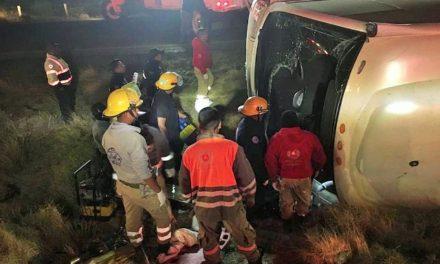 ¡11 muertos y 28 lesionados tras volcadura de un autobús en Río Grande!